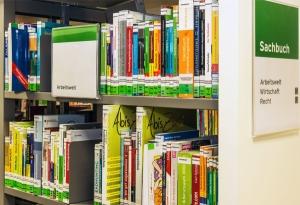 Bücher im Regal zum Thema Jobsuche und Bewerbung