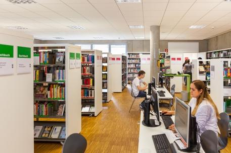 Durchgang zwichen Büchern und Pc´s+ Kunden